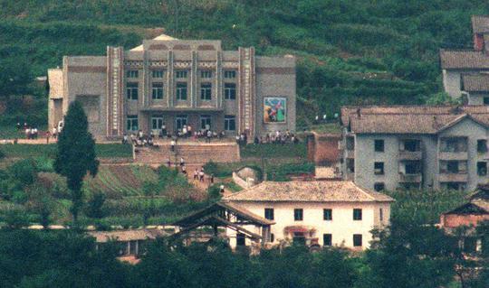북한 정권수립 기념일인 9.9절을 일주일 앞둔 개성의 외각지역. 금안골노동당사에 주민과 학생들이 집회준비로 분주하게 움직이고 있다./조선일보DB