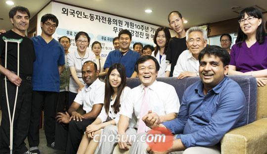 외국인 노동자 전용 의원을 찾은 환자들과 의료진이 모였다.