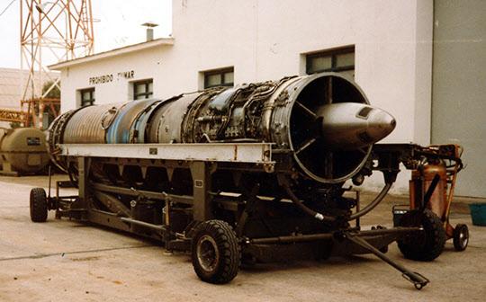 미라주 5에 장착된 스네크마 Atar 09C3 엔진. 이를 스위스 슐처에서도 면허 생산하였는데 이스라엘의 모사드가 설계 도면을 비밀리에 빼내어 네셔 개발에 이용한 것으로 알려졌다.