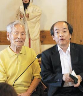 다음 달 천주교 복자로 추대되는 정약종의 후손인 정규혁씨(왼쪽)와 정호영씨.