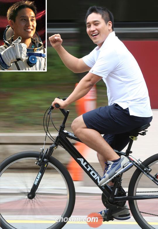 뉴라시아 자전거 원정대 소구간(독일 베를린~폴란드 바르샤바)에 참여하는 우주인 고산씨가 자전거를 타면서 주먹을 들어 파이팅을 외치고 있다. 작은 사진은 2007년 러시아에서 우주인 훈련을 받을 때의 모습