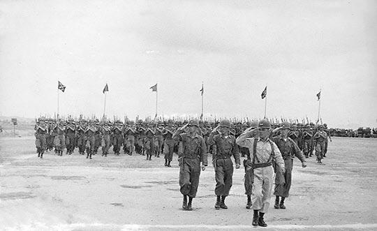 1958년 국군의 날 기념 시가행진 부대의 사열을 지휘하는 박태준.