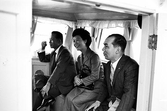 1970년 10월 25일 포항제철 항만하역설비를 시찰하는 보트 안에서 박정희 대통령, 육영수 여사, 박태준 사장이 환히 웃고 있다.
