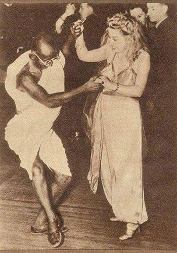 젊은 여인과 멋있게 춤추는 간디.