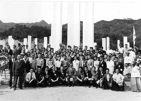 1963년 9월 수유리 4.19 기념탑에서 유족 대표들과 함께(가운데 박정희 의장).