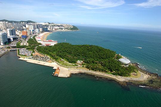 1960년 봄날에 박정희와 박태준이 해운대 해변에서 자주 바라본 동백섬 전경.