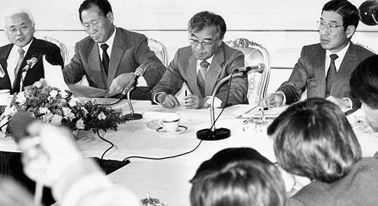정주영 전경련 회장(왼쪽에서 두번째)등 4개 경제단체장이 1984년 10월 13일 오전 세종문화회관에서 기자회견을 갖고 남북교역 및 경제협력에 관한 합동성명을 발표하고 있다./조선일보DB