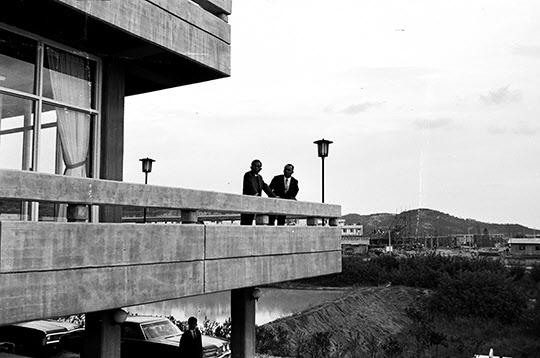 1970년 10월 25일 포항제철 연수원 난간에서 대화하는 박정희 대통령과 박태준 사장.