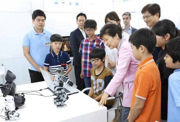 지난달 23일 판교 테크노밸리에서 개최된 '소프트웨어 중심사회 실천전략 보고회'에서 박근혜 대통령이 학생들과 소프트웨어로 제어되는 로봇을 살펴보고 있다 / 사진 = 미래창조과학부