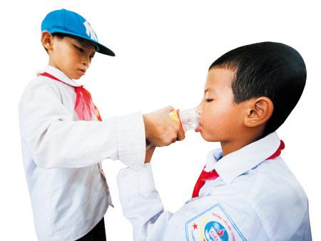 빗물관리시설을 통해 정화된 빗물을 마시는 쿠케초등학교 어린이 모습.