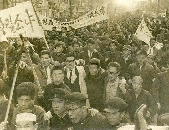 1961년 3월 21일「데모규제법, 반공 임시특별법」입법 반대 데모 광경.