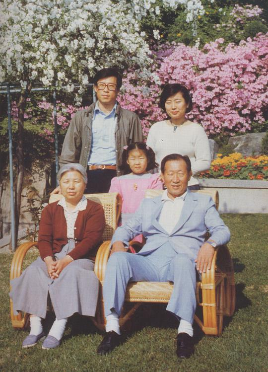 정주영 전 현대그룹 명예회장 부부와 정몽헌 현대아산이사회장 부부와 자녀들의 모습.