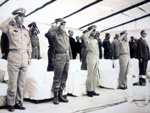5.16 혁명 3개월 뒤인 1961년 9월 21일 춘천댐 기공식. 왼쪽에서 세번째가 박정희 의장, 왼쪽 끝이 박태준. 이때 박태준은 상공담당 최고위원이었다./정부기록사진집
