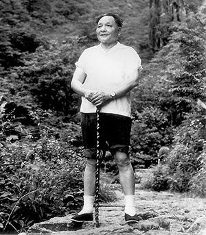 등산 중에 기념사진을 촬영중인 중국 정치지도자 등소평.