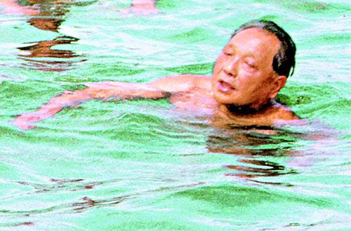 여름휴가 중 북대하(베이다이허) 해수욕장을 찾아 수영을 즐기고 있는 등소평.