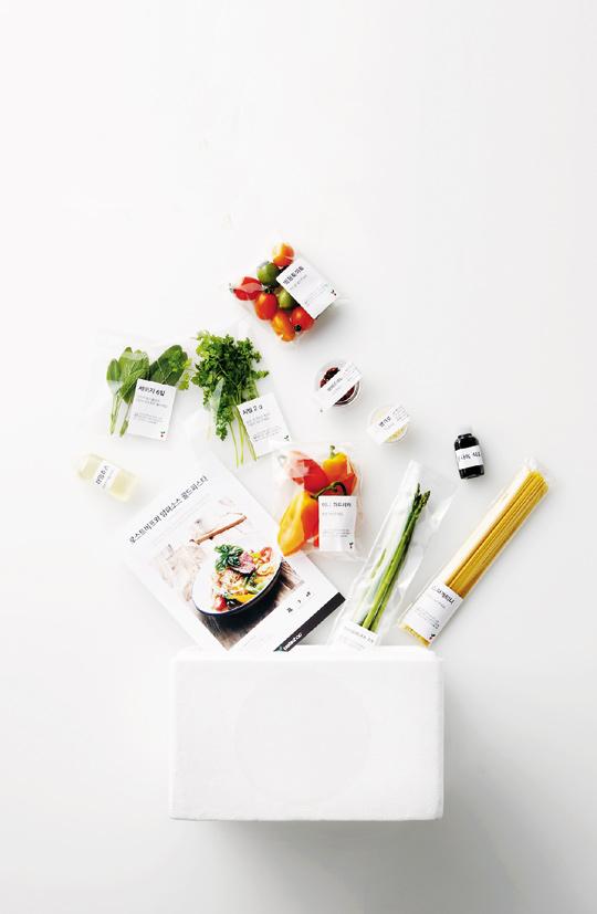 유명 레스토랑 음식을 집에서 요리해 먹을 수 있다. 일류 요리사들이 만든 레시피와 식재료를 스티로폼 상자에 받아볼 수 있는 서비스가 인기다.
