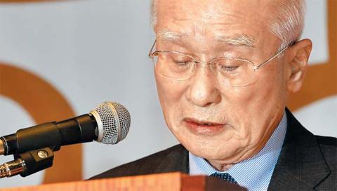 김우중 전 대우그룹 회장이 26일 오후 서울 여의도 중소기업중앙회에서 열린 대우맨들의 특별포럼에 참석해 인사말을 하다가 눈물을 흘리고 있다