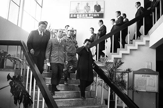 포철 상황실에서 브리핑을 마친 뒤 계단을 내려오는 박정희 대통령과 박태준 사장(1971년 3월)