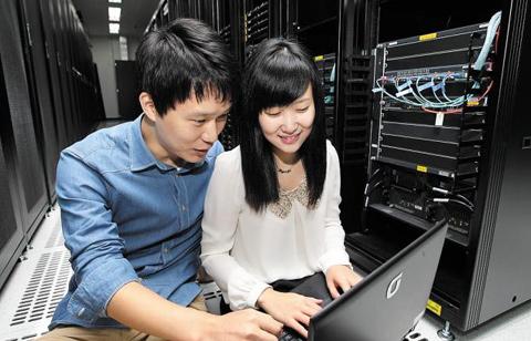 KT 관계자들이 지난달 5일 문을 연 충남 첨안 클라우드 데이터 센터 별관에 마련된 모듈형 데이터 센터에서 시스템을 점검하고 있다. /KT제공