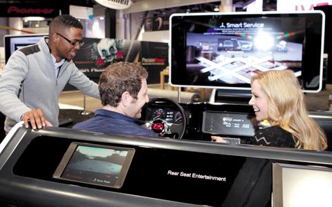 기아자동차는 올해 1월 미국 라스베이거스에서 열린 '소비자가전쇼(CES) 2014'에 스마트카시스템을 전시했다. /기아차 제공