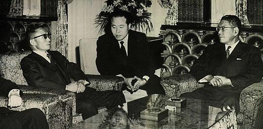 5.16 후인 1961년 11월 박정희 최고회의의장이 정일영씨의 통역으로 이케다 하야토 일본 총리와 회담하고 있다./조선일보DB