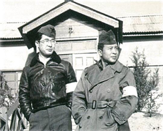판문점 회의장 앞에서 중국 문관과 함께(왼쪽이 박철언).