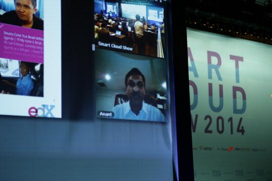 3일 서울 장충동 신라호텔에서 열린 '스마트클라우드쇼 2014'에서 아난트 아가왈(Anant Agarwal) MIT 교수 겸 에드엑스(edX) CEO 이사장이 화상통화로 기조연설을 하고 있다.