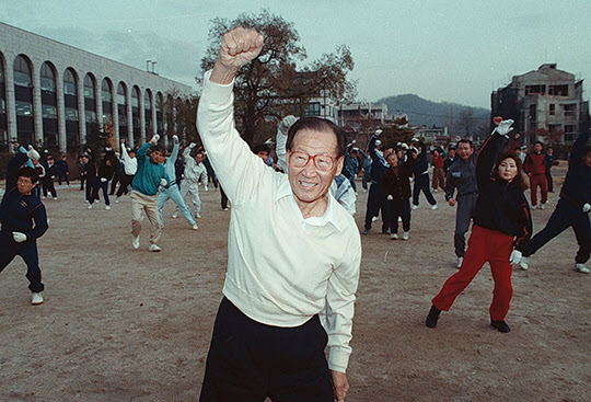 정주영 현대그룹 명예회장이 1991년 11월 21일 아침 서울 종로구 계동 본사옆 공원에서 회사 임직원, 마을주민 등 2백여 명과 함께 간편한 옷차림으로 체초를 하고 있다./조선일보DB