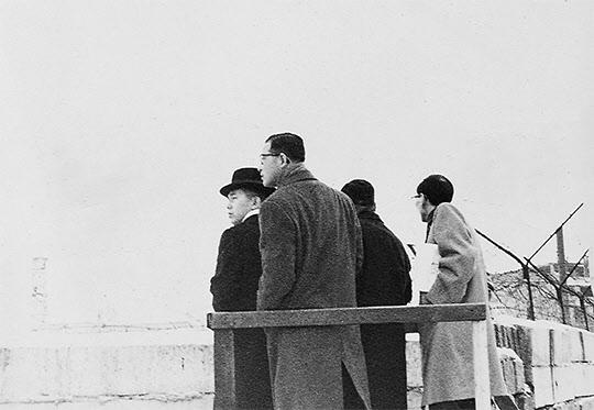 1962년 1월 베를린의 분단 현장에서 눈 덮인 철조망을 내려다보는 박태준과 일행들.