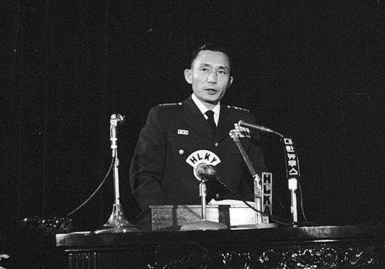 1962년 1월 5일 박정희 국가재건 최고회의 의장이 최고회의에서 새해 시정연설을 하고 있다./조선일보DB