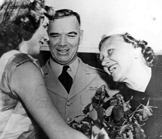 1953년 현역에서 은퇴한 밴 플리트(가운데)가 부인 헬렌 여사(오른쪽)와 고향 플로리다에 도착할 때의 모습.