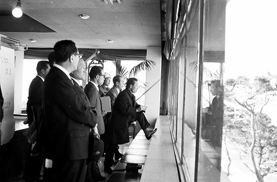 1971년 포철 건설 현장을 지켜보는 박정희 대통령과 박태준 사장.