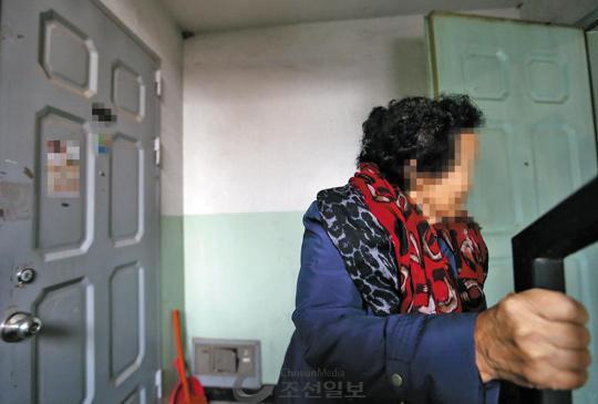 수도권 또 다른 아파트에 사는 김복길(가명) 할머니는 혼자 깨어나 혼자 밥 먹고 혼자 잠든다. 낮 동안 집 근처 노인복지시설에 가서 점심·저녁 얻어먹는 게 할머니의'낙'이었다. /이준헌 기자