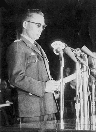1963년 2월 27일 정국수습을 위한 선서식사에서 민정불참여 등 공약을 밝히는 박정희 최고회의의장.