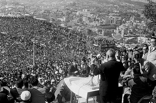 1963년 10월 5일 남산에서 열린 대통령 선거 유세전. 윤보선 후보를 내세운 민정당은 남산 야외음악당 광장에서 선거연설회를 열고 군사정권의 종식을 주장했다.