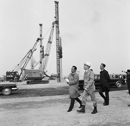 1970년 4월 1일 포항제철 착공식 후 건설 현장을 둘러보는 박정희 대통령, 박태준 사장, 김학렬 부총리.