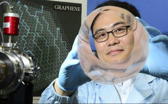 홍병희 교수가 자신이 만든 그래핀으로 제작한 투명 전극을 보여주고 있다. 탄소 원자로만 구성된 그래핀은 구리보다 전기가 잘 통하면서 휘어지기도 해 차세대 입는 컴퓨터, 접는 휴대전화의 핵심 소재로 사용될 전망이다. /성형주 기자