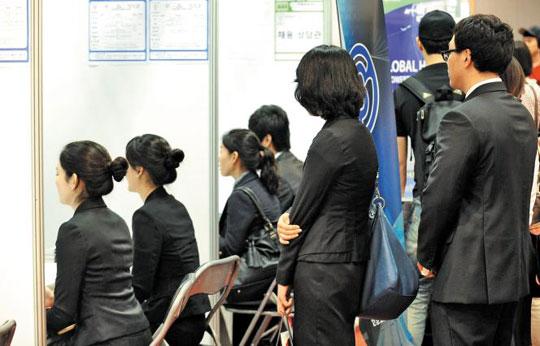 대한민국청년10명중1명은실업자인시대다. 청년구직자들이채용박람회에서상담순서를기다리고있다. / 조선일보DB