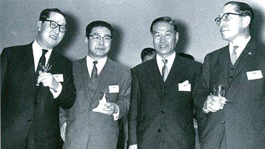 김유택 부총리(맨 왼쪽) 등과 함께 한 박철언 씨(왼쪽 두번째).