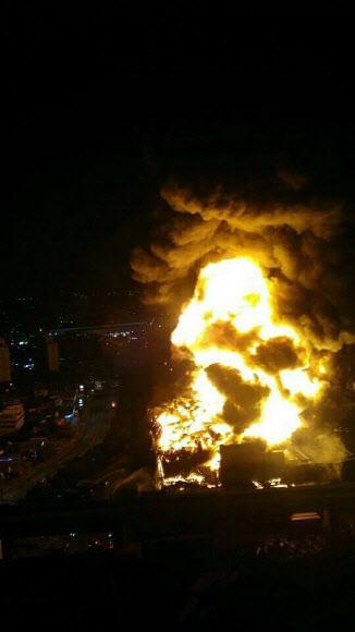 9월 30일 오후 8시 55분쯤 대전 대덕구 목상동에 있는 한국타이어 대전공장 물류창고에서 화재가 발생했다. 이 불은 10월 1일 오전 7시 30분쯤 진화됐다. /대전광역시 페이스북 캡쳐
