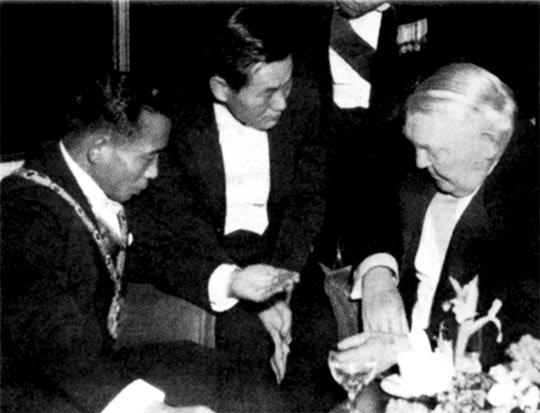 1964년 12월 서독 에르하르트 총리와 회담하는 박정희 대통령.