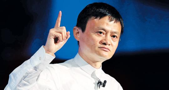 마윈 알리바바 회장이 지난 7월 15일 일본 도쿄에서 열린 '소프트뱅크 월드 2014' 행사에서 연설하고 있다. 최근 뉴욕증시 상장 성공으로 중국 최대 부호가 된 마윈은 진융의 무협소설을 탐독하며 경영 아이디어를 얻었다.