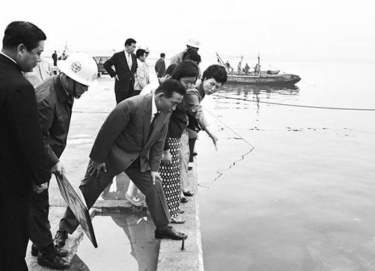 1970년 포항제철의 부두시설을 살펴보는 박정희 대통령과 육영수 여사.
