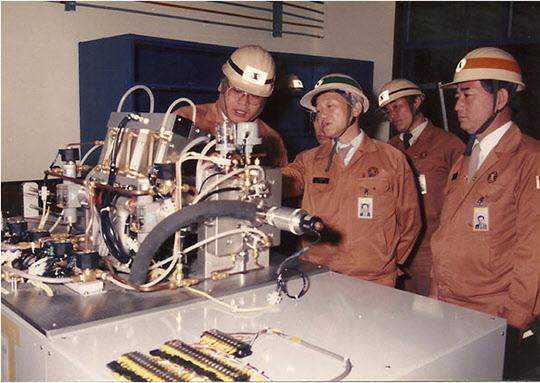 1985년 포항제철 기술연구소에서 열처리 시물레이션을 살펴보는 김철우 부사장(가운데).