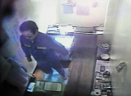 수감 중인 조두순이 지난 2010년 3월16일 경북 청송교도소의 CCTV에 촬영된 모습. 그는 지난 2009년 나영이를 강간상해한 혐의로 징역 12년을 선고받고 복역 중이다. /뉴시스