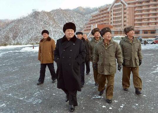 북한 노동신문은 작년 12월 31일자 1면에 김정은이 완공된 마식령스키장을 돌아보고 있는 사진을 게재했다. 수행자 중 숙청된 장성택의 측근이었던 박명철(가운데 맨뒤 모자 안쓴 사람)의 모습도 보인다.