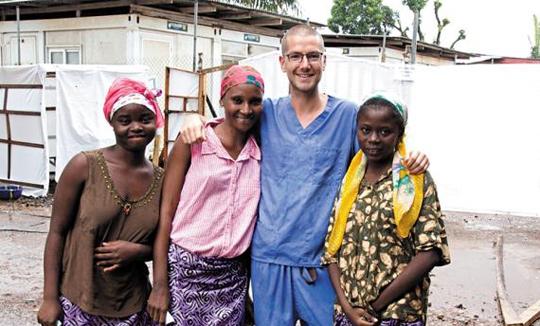 영국인 중 첫 에볼라 바이러스 감염자인 간호사 윌리엄 풀리(오른쪽에서 둘째)가 올해 서아프리카 시에라리온에서 의료 봉사활동 중 현지인들과 함께한 모습. 지난 8월 에볼라에 감염된 뒤 본국으로 후송돼 치료를 받고 완치된 풀리는 감염자 치료를 돕기 위해 19일 다시 시에라리온 수도 프리타운으로 건너갔다.