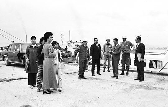 1970년 10월 포항제철 부두에서 항만하역설비를 순시하는 박정희 대통령 내외와 박태준 사장.