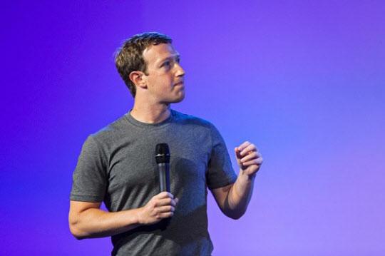 페이스북이 올해 인수한 모바일 메신저 '왓츠앱'과 가상현실 기기업체 '오큘러스'에 대한 투자를 늘리겠다고 밝혔다. /블룸버그