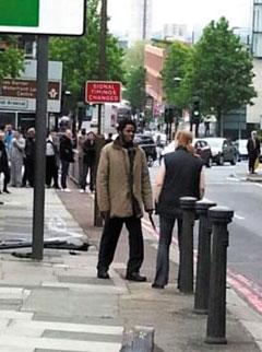 지난해 5월 영국 런던에서 휴가 나온 군인을 살해한 흑인 청년에게 다가가 자수를 설득한 주부 사진